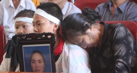 Mẹ già và con nhỏ của nạn nhân trong phiên toà