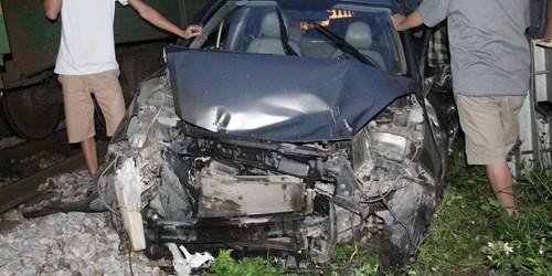 Xe ô tô chết máy giữa đường ray, tài xế thoát chết hy hữu