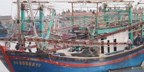 Ba ngư dân bị sóng hất xuống biển, một người tử vong