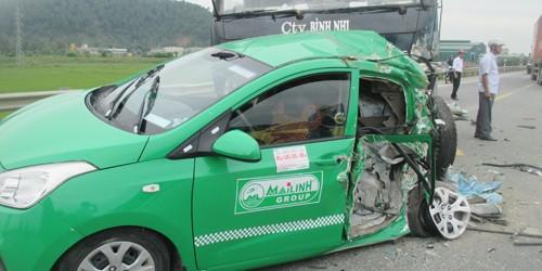Xe tải tông xe taxi chở 4 người văng vào đầu container