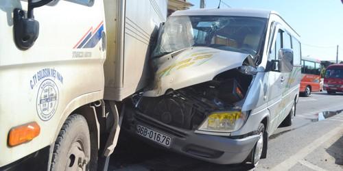 Đi lễ đền về xe khách đâm xe tải, hai người bị thương