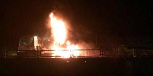 Đang chạy trên Quốc lộ 1A, xe đầu kéo bốc cháy