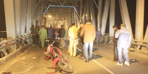 Xe máy đấu đầu giữa cầu Bến Thủy, 2 thanh niên tử vong