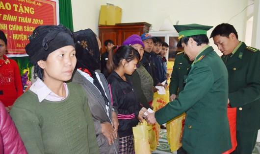 300 suất quà Biên phòng Nghệ An đến với đồng bào 3 xã nghèo