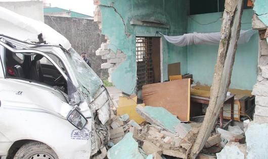 Nghệ An: Xe tải đâm sập tường nhà, hai bà cháu thoát nạn