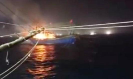 Một tàu cá bị cháy rụi giữa biển