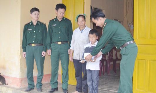 Đồn BP Nậm Càn nhận đỡ đầu học sinh nghèo vượt khó trên địa bàn