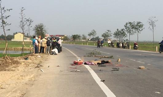 Xe tải tông xe máy, chồng chết vợ nguy kịch
