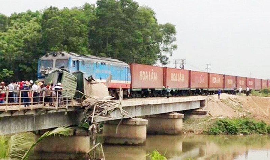 """Xe tải bị tàu tông """"treo lơ lửng"""" giữa sông"""