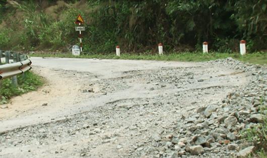 Khúc cua bị bong tróc, đá lởm chởm khiến giao thông hết sức nguy hiểm