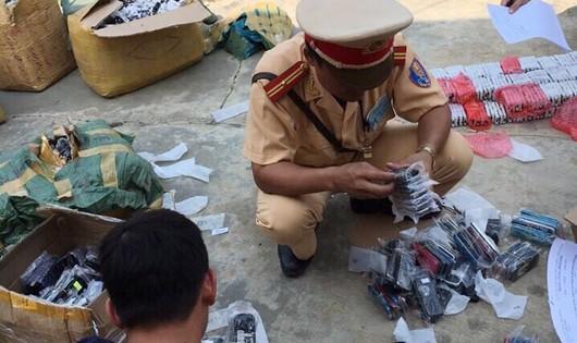 Cảnh sát phát hiện lô hàng không rõ nguồn gốc trên xe khách
