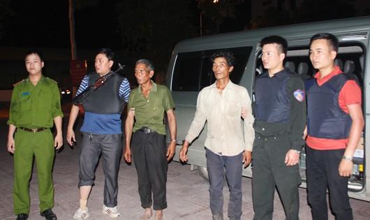 Cảnh sát truy nã dẫn giải thành công hai đối tượng trốn nã tại Lào về Việt Nam