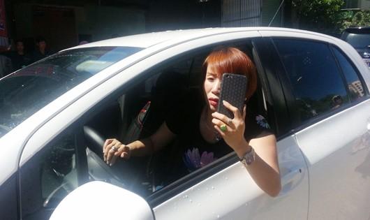 Vi phạm luật, nữ tài xế cố thủ thách thức CSGT