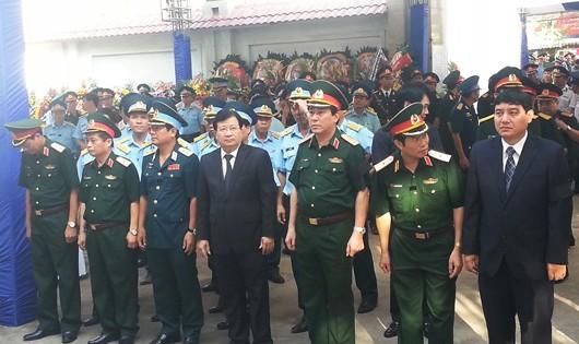 Phó Thủ tướng Chính phủ Trịnh Đình Dũng, Bí thư tỉnh ủy Nguyễn Đắc Vinh cùng các lãnh đạo cấp cao tại lễ tang đại tá Trần Quang Khải