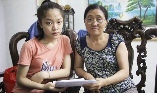 Hai mẹ con Hương Ly với lá thư gửi Bộ Công an xem xét