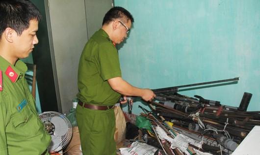 Vũ khí tự chế được người dân giao nộp cho cơ quan công an