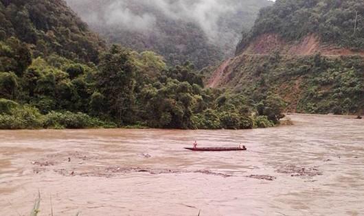 Nước sông suối dâng cao đột ngột do mưa lớn kéo dài.
