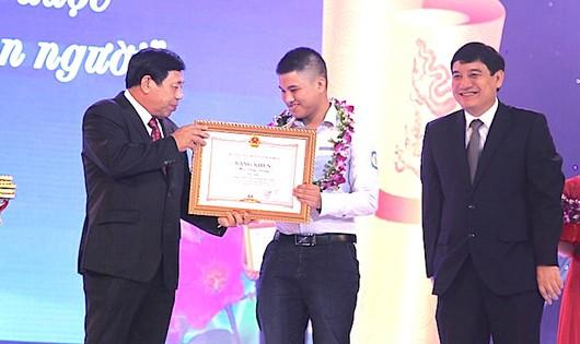 Bí thư tỉnh ủy, Chủ tịch UBND tỉnh Nghệ An tặng hoa, trao quà cho các học sinh đạt thành tích xuất sắc