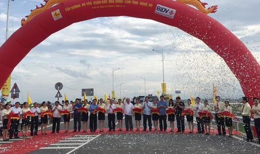 Phó thủ tướng dự lễ cắt băng khánh thành cầu Yên Xuân