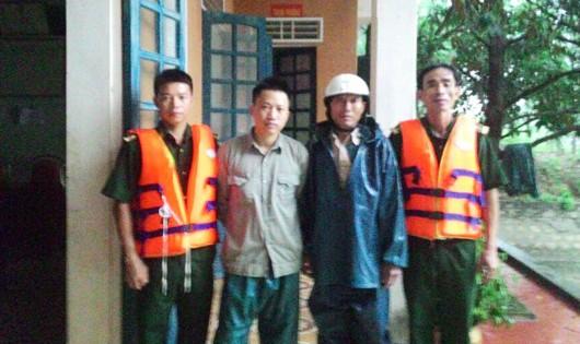 Hai bố con ông Bình được cứu hộ khi đang gặp nạn trên biển