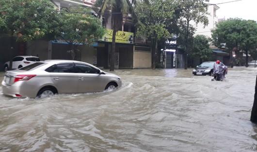 Sinh viên Vinh chạy lụt suốt đêm, hàng ăn sáng thất thu vì đường ngập