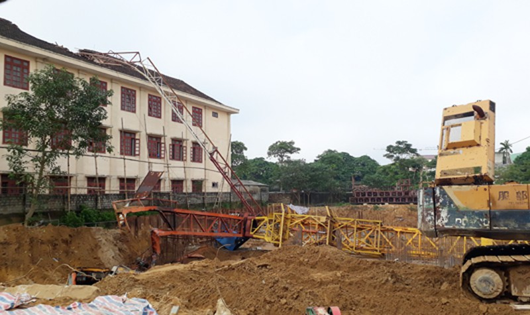 Cần trục tháp đổ đè mái trường học khiến một học sinh tử vong