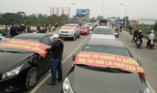 Hàng trăm phương tiện dừng đầu cầu Bến Thủy 1 phản đối việc thu phí
