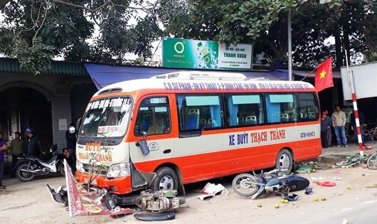 Hiện trường xe bus mất lái tông hai xe máy đâm người đi bộ tử vong.