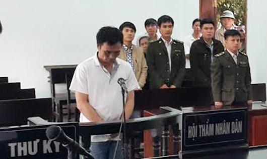 Tấn công kiểm lâm trong lúc làm nhiệm vụ Hoàng Anh Tuấn (áo trắng)     nhận 2 năm tù.