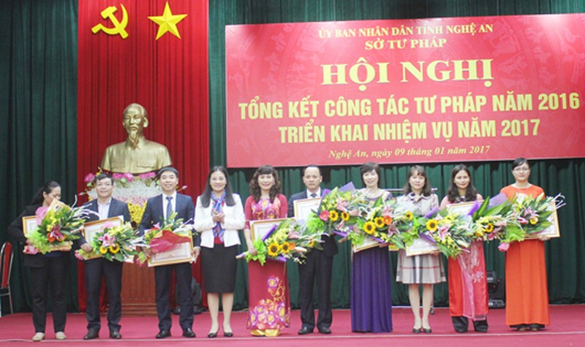 Các tập thể cá nhân được tặng bằng khen Lao động xuất sắc của UBND tỉnh.