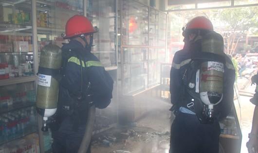 Lực lượng PCCC tiến hành phun nước dập lửa
