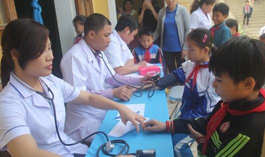 Đoàn công tác Bệnh viện Sản nhi Nghệ An thực hiện khám sàng lọc tại xã Hạnh Dịch.