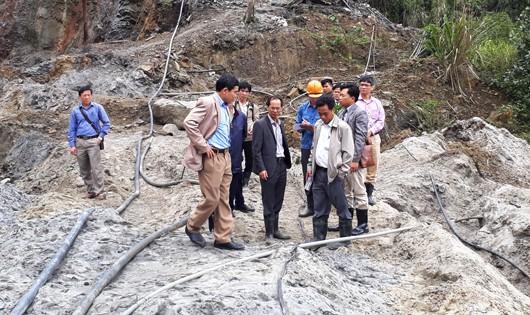 Đoàn công tác của Bộ TNMT tiến hành kiểm tra hiện trường nơi xảy ra vụ vỡ đập chứa chất thải.