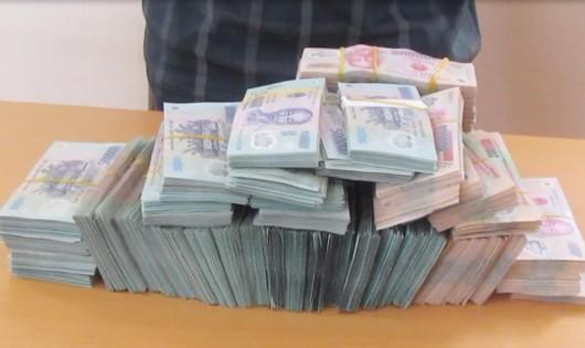 Hơn 2 tỷ đồng tiền Việt Nam thu giữ được trong hành lý của Chò.