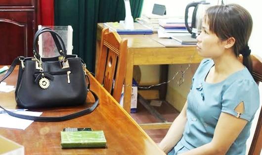 Vi Thị Nhung tại CQĐT cùng tang vật 1 bánh heroin và gần 50 triệu đồng