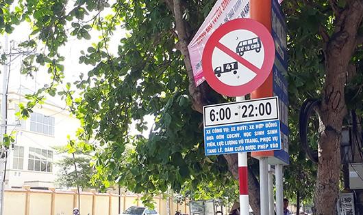 Nửa năm chưa thay thế biển báo giao thông hết hạn