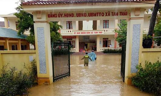 UBND xã Tam Thái đang bị ngập sâu khoảng 40cm (ảnh Báo Nghệ An)