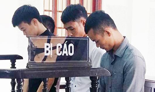 """4 bị cáo trong vụ hẹn nhau trên cầu """"nói chuyện"""" đã giết chết một người nhận 48 tháng tù."""