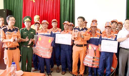Trung tâm cứu hộ và BĐBP Nghệ An bàn giao phương tiện, tặng quà động viên các thuyền viên tàu cá gặp nạn.