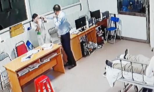 Hình ảnh người đàn ông dùng tay đánh nhân viên y tế (ảnh cắt từ camera an ninh bệnh viện)