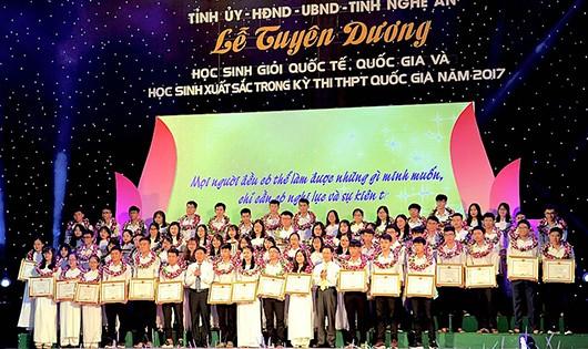 Nghệ An: Gần 2,5 tỷ đồng khen thưởng 140 học sinh có thành tích cao năm học 2016 - 2017