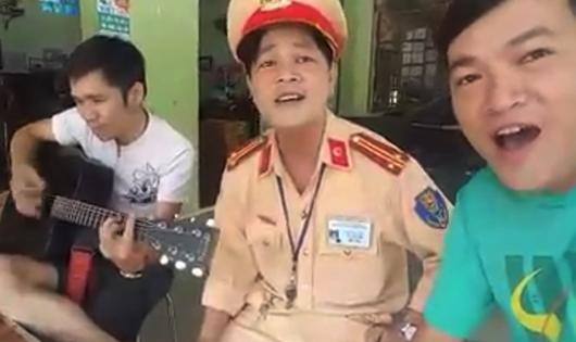 Ảnh cắt từ clip CSGT hát với những người vi phạm luật giao thông.