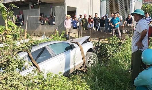 Hiện trường vụ tai nạn xe Audi nằm dưới ruộng rau muống bên đường.