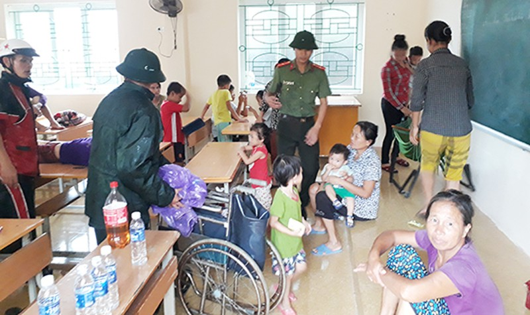 Cửa Lò hối hả di dời hơn 1.000 hộ dân đến nơi tránh bão