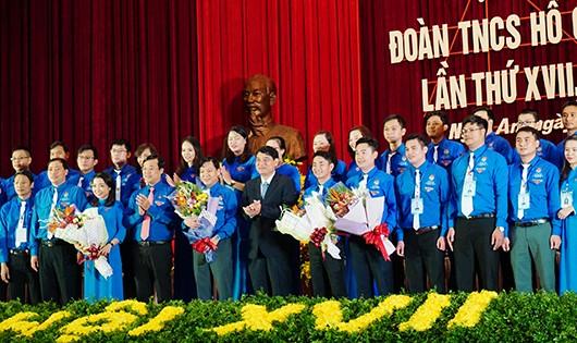 Bí thư Tỉnh ủy Nguyễn Đắc  Vinh tặng hoa chúc mừng đại hội.