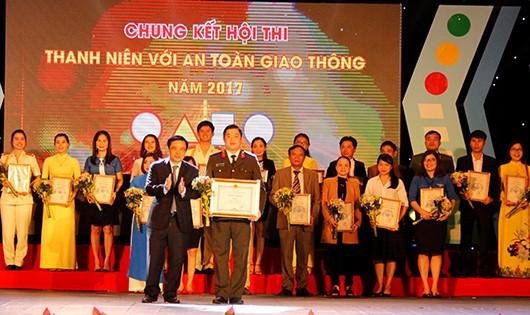 Phó chủ tịch UBND tỉnh Huỳnh Thanh Điền trao giải nhất cho đội thi Công an tỉnh Nghệ An.