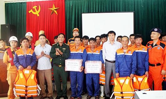 Lãnh đạo Trung tâm phối hợp tìm kiếm cứu nạn hàng hải Việt Nam trao quà động viên các thuyền viên.