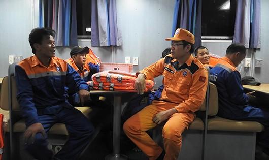 Cứu 9 thuyền viên gặp nạn trên biển