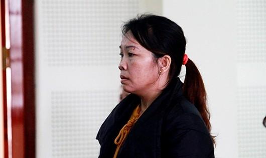Nguyễn Thị Út Tha nhận 6 năm tù sau khi tiêu hết 50 triệu đồng tiền công đưa người sang Trung Quốc.