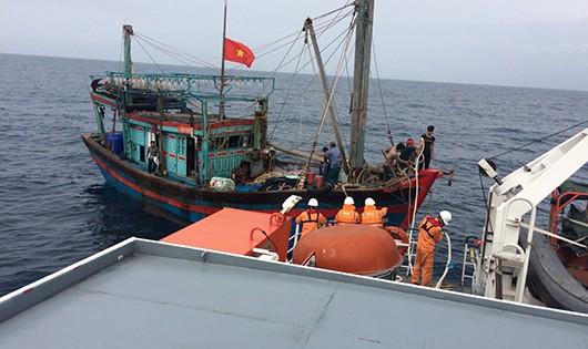 Tàu cá gặp nạn được lai dắt đưa vào bờ an toàn.